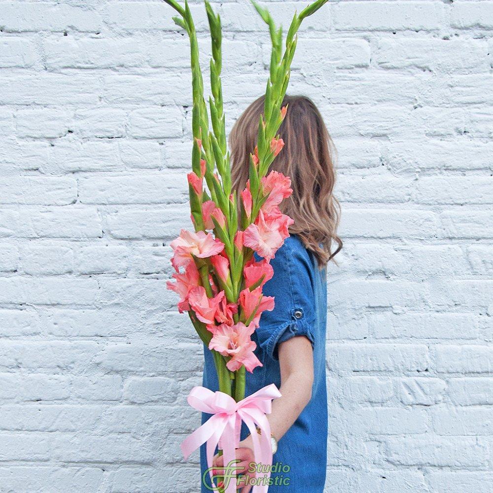 Розы эквадор, букет из длинных гладиолусов и астрахань