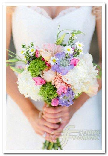 Увядающие цветы в свадебном букете говорят о том, что время движется, старость не за горами и надо торопиться делать добрые дела.