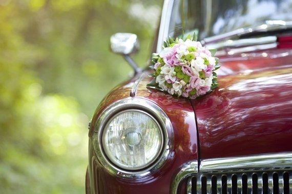 Оформление живыми цветами автомобили на свадьбе